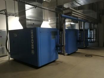 vzduchom chladený skrutkový kompresor BOGE S132-4LF-10 s plynulou reguláciou výkonu prostredníctvom integrovaného frekvenčného meniča a integrovaným rekuperačným výmenníkom tepla na prípravu TÚV